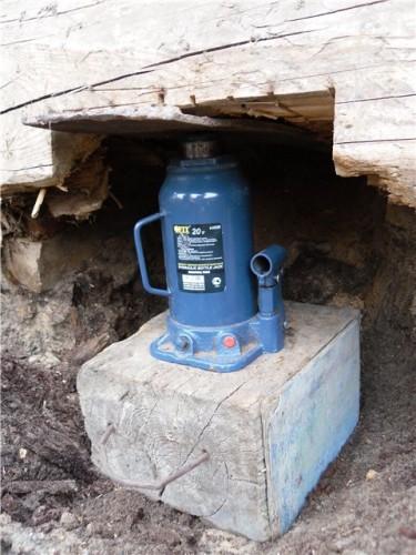 Правильно установленный домкрат - под основанием шпала, под штоком - железная пластина, чтобы увеличить площадь опоры