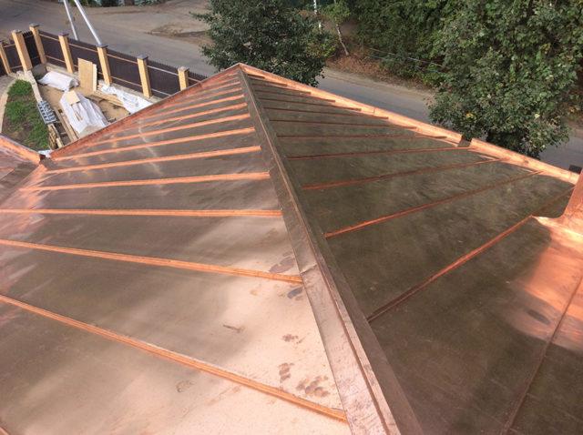 Крыша, покрытая медными фальцевыми картинами