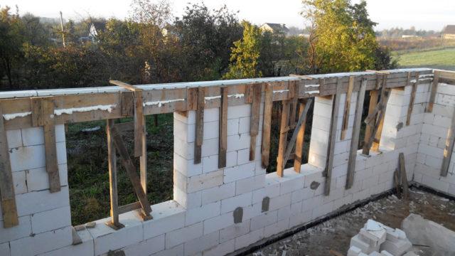 Крепление опалубки к стене с помощбю брусков