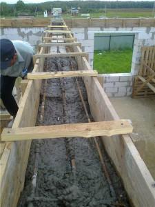 Заливка армопояса бетоном