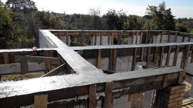 Заливка бетона производится за один раз - это обеспечивает его максимальную прочность
