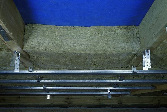 Подготовка каркаса для укладки дополнительного слоя минваты