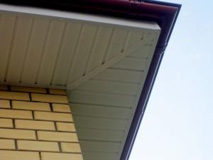 Подшивка свеса крыши софитами