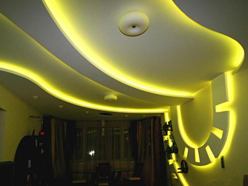 Гипсокартонный потолок с подстветкой светодиодами желтого цвета