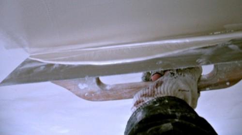 Нанесение шпаклевки: шпатель нужно держать под небольшим углом