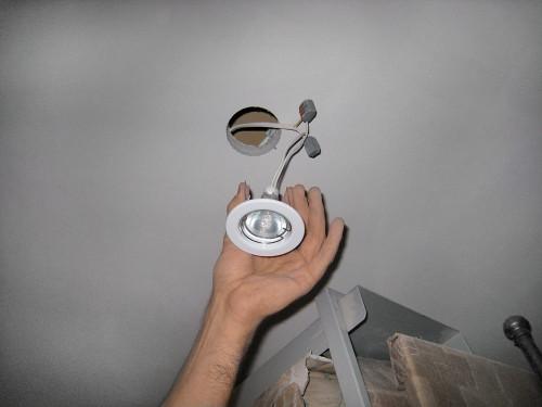 Подсоединяем светильник к проводам и закрепляем к потолку