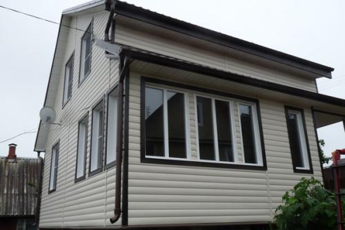 Фасад дома, полностью отделанный виниловым блок хаусом