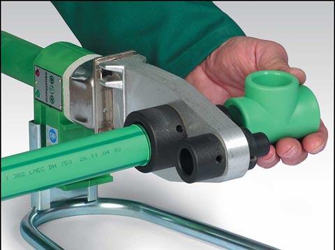 Процесс сварки полипропиленовой трубы с помощью утюга