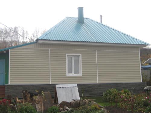 На фото - дом, отделанный пластиковым блок хаусом