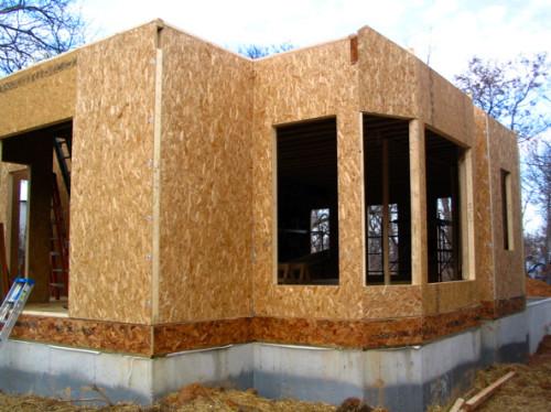 Стены дома, сделанные из сендвич-панелей