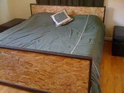 Кровать, изготовленная из ОСБ