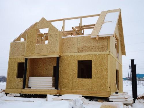 Дом из панелей на этапе строительства