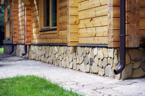 Цоколь, отделанный декоративным камнем
