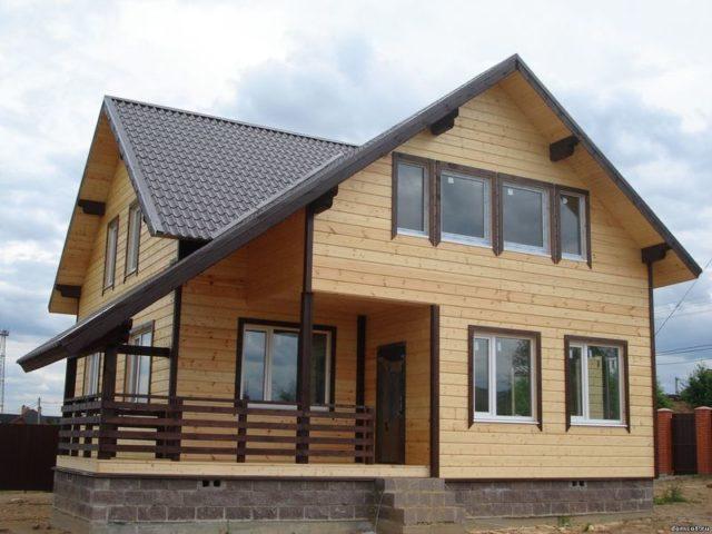 Каркасный дом с выполненной отделкой под дерево