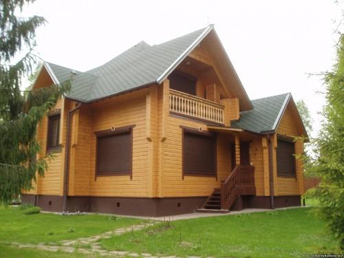 Дом из клееного бруса не только выглядит презентабельно, но и обладает отличными эксплуатационными характеристиками