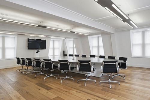 Конференц-зал с ламинатом в качестве напольного покрытия