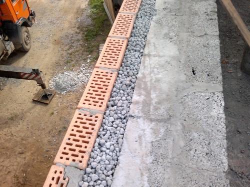 Утепленный смесью бетона и керамзита цоколь