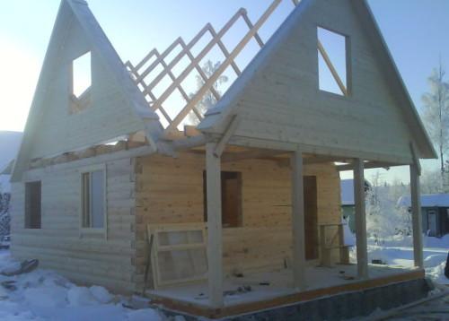 Наиболее распространенный материал для обустройства фронтона дома - деревянная доска