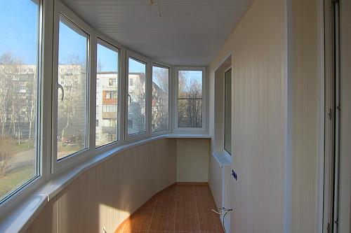 Балкон, обшитый ПВХ-панелями