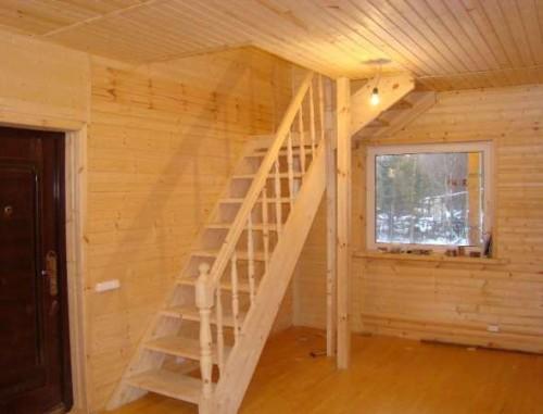 Пол и стены дома, обшитые деревянной вагонкой