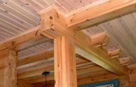 Мощные продольные потолочные балки с врезанными поперечными балками