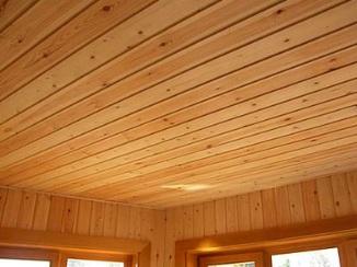 Потолок, обшитый вагонкой из дерева