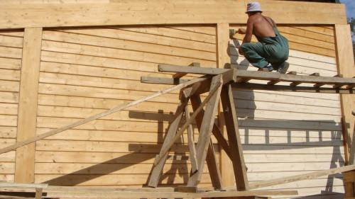 Грунтование и пропитка антисептиком стены деревянного дома