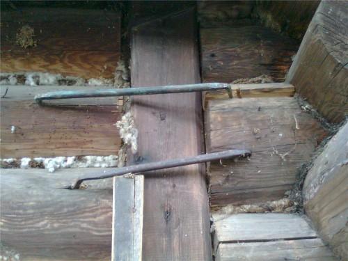 Доски, тросы, скобы - для укрепления стен дома сгодиться все