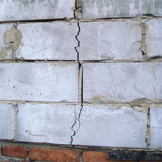 Стена треснула в результате сильного давления