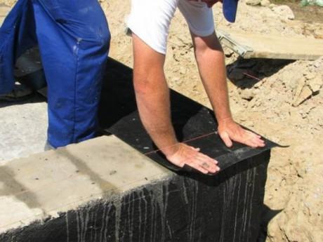 Рубероид хорошо подходит на роль гидроизоляционного материала