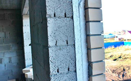 Готовая стена из керамзитобетона, утепленная пенопластом и облицованная кирпичом