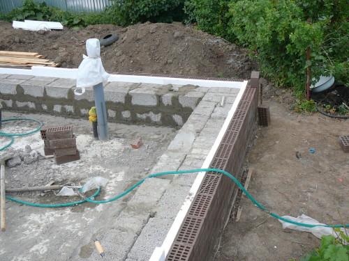 Фундамент из керамзитоблоков, утепленный пенопластом и обложенный кирпичом