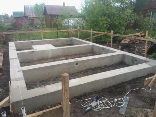 Готовый к возведению стен ленточный фундамент
