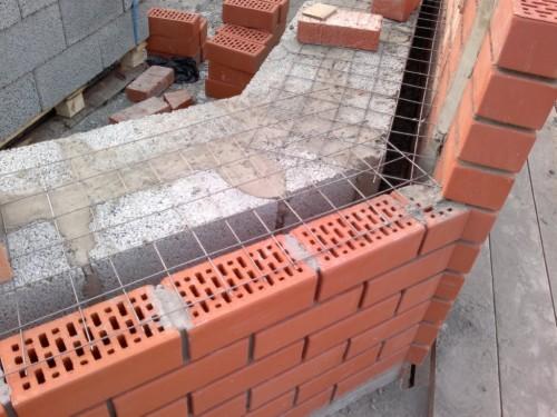 Армирование производится сеткой с диаметром прута 4-5 мм