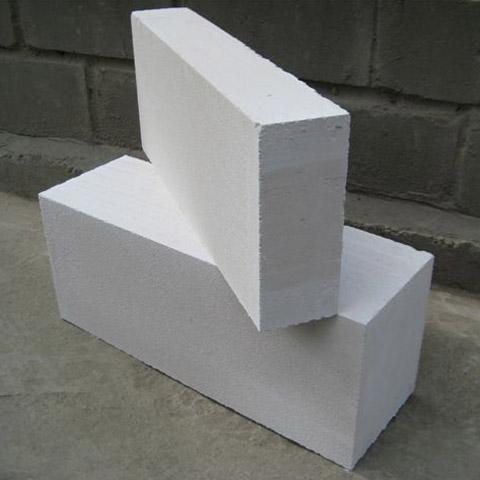 Внизу - пеноблок стандартного размера, вверху - половинчатого