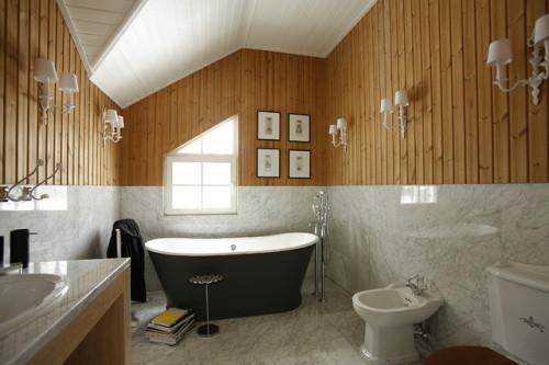 Один из вариантов дизайна ванной в деревянном доме