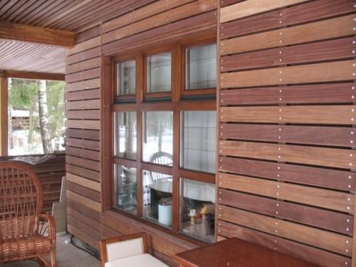 Фасад дома, отделанный планкеном из сосны