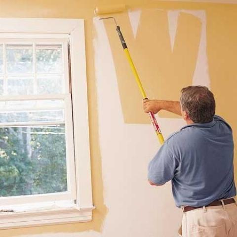Движения при покраске стен - сверху вниз